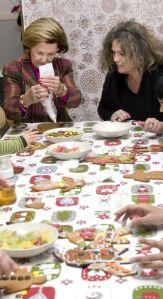 Queens Sonja and Inger Lise W. Larsen, lederen for Crisis Center decorate gingerbread